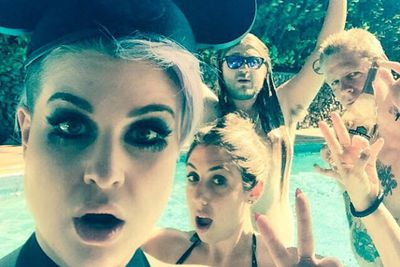 @kellyosbourne: Pool time with @thedingoinsnow @melissaarrrgh and @braydonsza who should really think about replacing that Champagne with some water... I don't know just a thought...