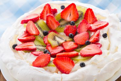 Pavlova with fruit and cream: 270 calories