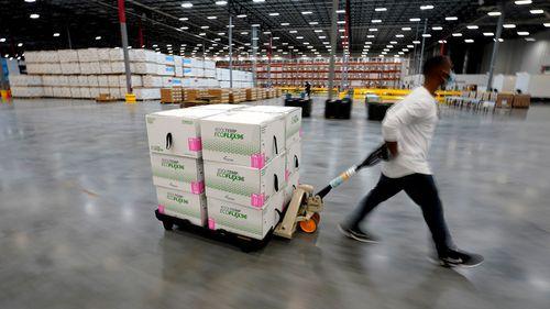 Kotak yang berisi vaksin Moderna COVID-19 dipindahkan ke dok pemuatan untuk pengiriman di pusat distribusi McKesson di Olive Branch, Mississippi.