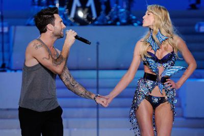 2011 sure was an eventful year!  Adam Levine also sang hand in hand with girlfriend  Anne V.  However, the pair have since broken up, and he is now with fellow angel Behati Prinsloo.  Awkward…