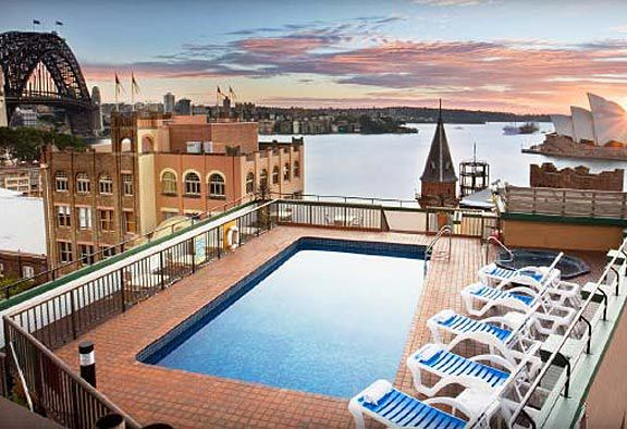 Old Sydney Holiday Inn, Sydney: Certainly not the flashiest of hotel pools, but the view from the Old Sydney Holiday Inn's rooftop pool is worth a million bucks.