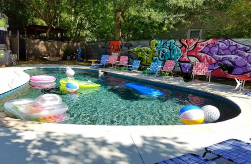 Residents can offer flotation devices, chairs, bbqs and toilets as part of the service, by listing it on their ad. This pool is available for rent on Swimply in Houston.