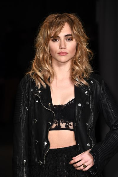 Strong brows and a nude, brown lip with Suki Waterhouse.