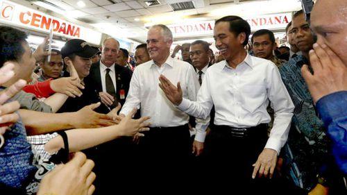Malcolm Turnbull and Joko Widodo in a Jakarta textiles market. (Facebook)