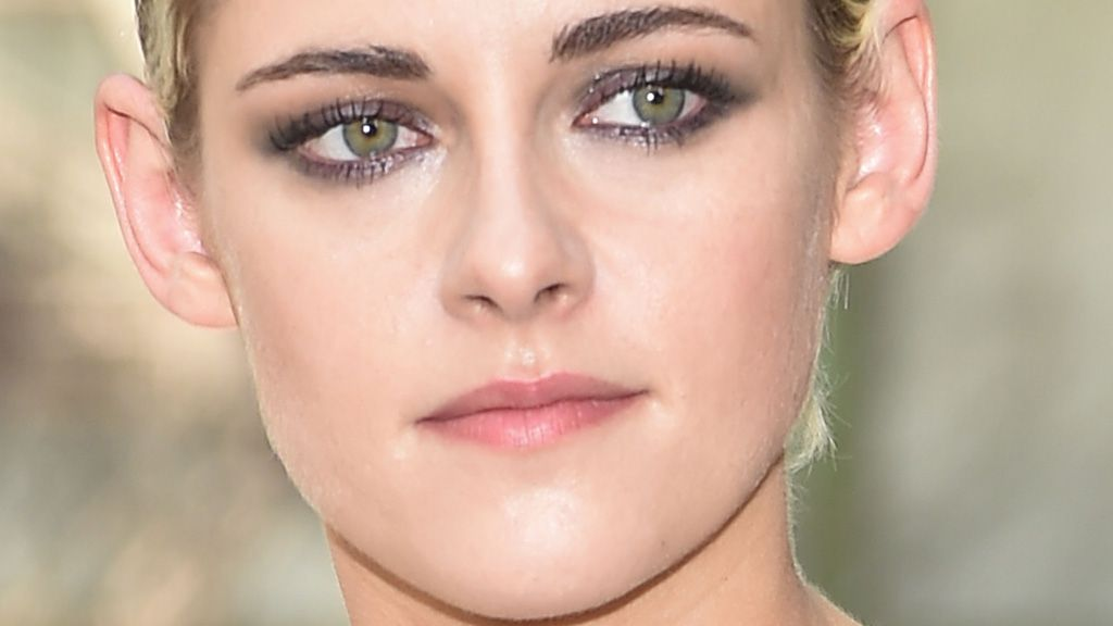 How to create Kristen Stewart's signature smokey eye
