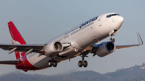 Boeing 737 VH-VZU linii Qantas startuje z lotniska Adelaide.