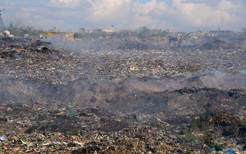 Tons of colored plastic bags polluting the outskirts of Mukuru slum in Nairobi, Kenya. (Getty)