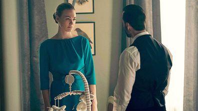 The Handmaid's Tale, Yvonne Strahovski, on set
