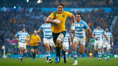 Wallaby lock Rob Simmons runs away for the first try of the match. (Getty)