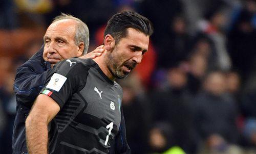 Buffon is comforted by Italian head coach Gian Piero Ventura. (AAP)