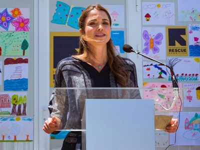 Queen Rania visits Syrian refugees in Greece, 2016