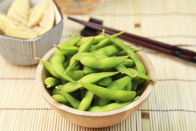 <strong>100g of Edamame beans (122 calories)</strong>