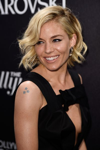 <p>Sienna opted for her signature wavy locks, with with a subtle cat's eye and Atelier Swarovski jewels.&nbsp;</p>