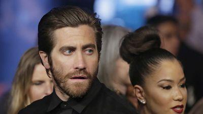 Something has caught the eye of actor Jake Gyllenhaal at Mayweather vs Pacquiao in Las Vegas. (AAP)