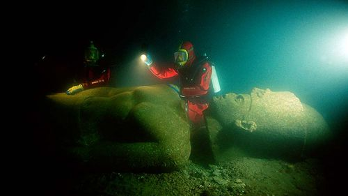Before bringing it to the surface, archaeologists Franck Goddio and his team inspect the colossal red granite statue of a pharaoh of over 5 metres height, weighing 5.5 tons, and shattered into 5 fragments. Picture: Franck Goddio/Hilti Foundation/Christoph Gerigk