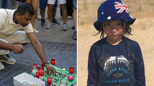 A man writes a message of support in Calunya and (right) missing Sydney boy Julian Cadman. (AAP)