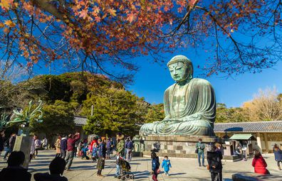 Crowds visiting the Buddha at Kotoku-in Temple, Kamakura