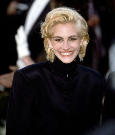The Twiggy 'do. Roberts rocks a bright, blonde pixie on the red-carpet in 1995.