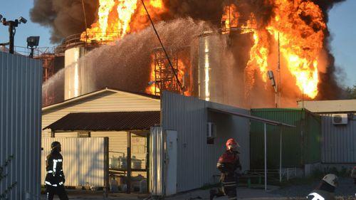 Kiev evacuates hundreds from site of huge fuel depot fire
