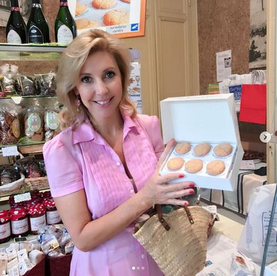 Catriona tries the famous local macarons of Saint-Emillion. The recipe has been passed down from daughter to daughter since 1620.