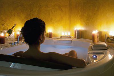 <strong>5. Take a dimly-lit bath</strong>
