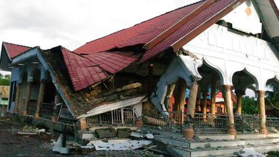 <p>A badly damaged building in the town of Pidie. </p> <p>(AFP)</p>