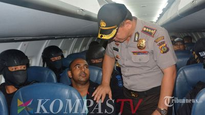 """New photos have emerged of the plane flight that Andrew Chan and Myuran Sukumaran took to get to their execution site. <br><br> The pair were taken from Kerobokan jail early yesterday morning in an armoured Barracuda vehicle, with hundreds of heavily armed police involved in a huge display of military force. <br><br> They were then put onto a chartered passenger plane and taken to Cilacap Airport, where they then were transported by car and boat to the prison island of Nusakambangan, where they are due to be executed. <br><br> In this picture, obtained by <a href=""""http://www.tribunnews.com"""">Tribunnews.com</a>, Denpasar Police Commissioner Djoko Hariutomo puts a hand on Sukumaran's shoulder."""