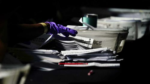 Surat suara dihitung di Atlanta, Georgia.
