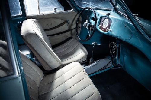 The fuel tank protruded into the passenger footwell, which necessitated the passenger seat being mounted 30 cm back and closer to the center of the vehicle in a staggered configuration.
