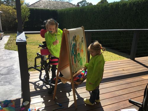 Tiaré and her sister painting.