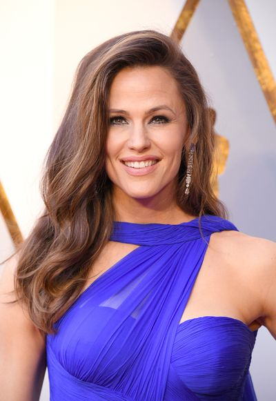 Looking good is the best revenge. Jennifer Garner looked smoking hot while sporting casual, loose waves and glowing make-up with charcoal-lined eyes a nude lip.