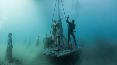 A crew installs <em>The Rubicon</em> on the ocean floor. (Jason deCaires Taylor)