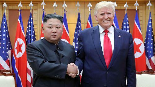 در این یکشنبه ، 30 ژوئن 2019 ، عکس ارائه شده توسط دولت کره شمالی ، رهبر کره شمالی ، کیم جونگ اون ، سمت چپ و دونالد ترامپ رئیس جمهور ایالات متحده در داخل خانه آزادی در ضلع جنوبی پانمونجوم ، کره جنوبی دست دادند.