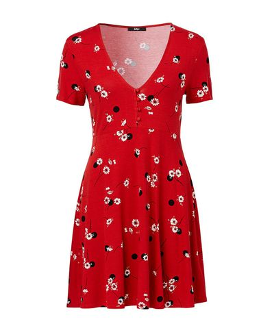 "<a href=""https://www.sportsgirl.com.au/clothing/dresses/daisy-spot-tea-dress-red"" target=""_blank"" draggable=""false"">Sportsgirl daisy spot tea dress</a> $69.95"