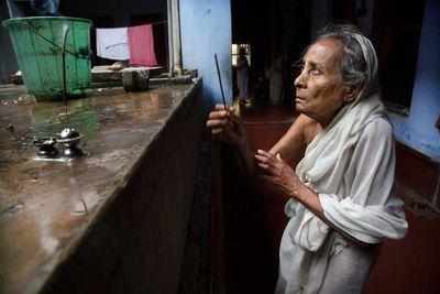 Gayatri is making puja at Meera Sahbhagi ashram in Vrindavan (India, 2014).