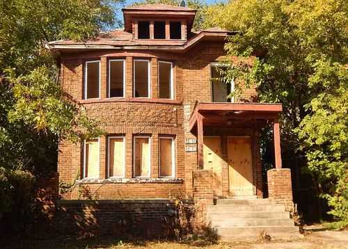 This six-bedroom house is on sale for $1500 in the US city of Detroit.