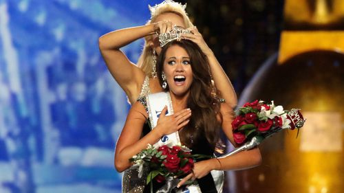 Miss North Dakota 2017 Cara Mund is crowned as Miss America 2018. (Getty)