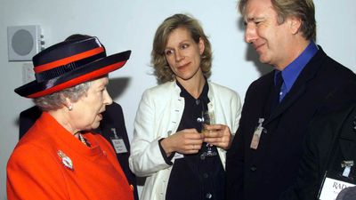 Queen Elizabeth II meets actress Juliet Stevenson and Alan Rickman at the opening of the new premises of the Royal Academy of Dramatic Art in London in 2000. (AAP)