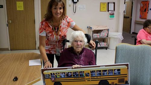 Bus driver Carol Mitzelfeldt visited Louise Edlen to present her with a gift. (Facebook)