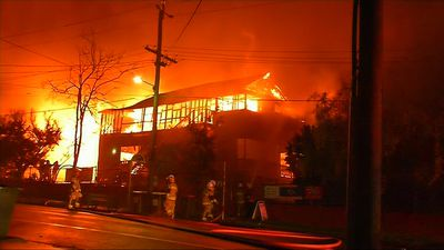 Firefighters battle huge blaze at Brisbane primary school