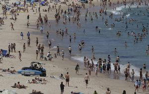 Beachgoers urged to follow COVID-19 rules as state maintains zero-case streak