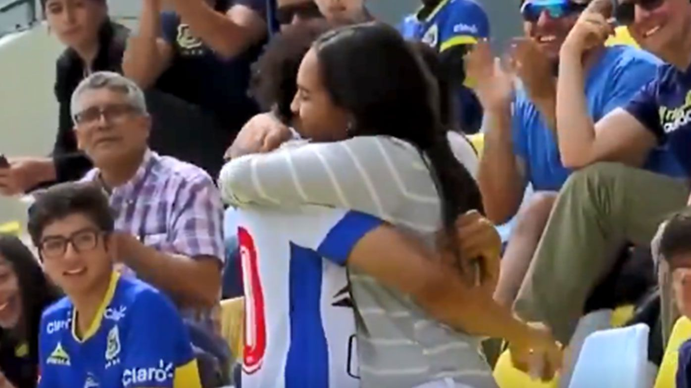 Venezuelan footballer decides to propose to partner in the middle of football match