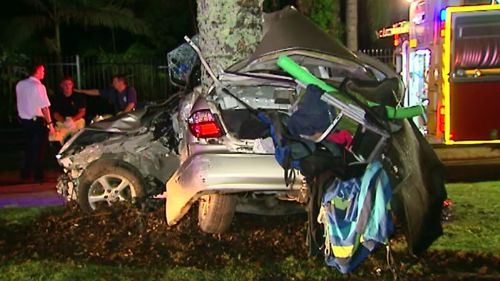 Man dies after car slams into tree on the Gold Coast