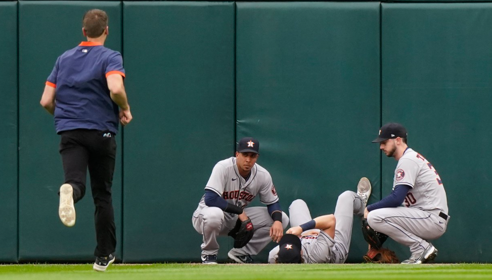Houston Astros star Jake Meyers leaves ALDS Game 4 after crashing into wall