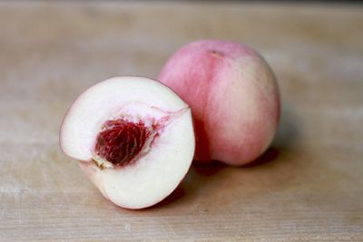 <strong>White peaches</strong>