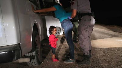 Honduran girl in symbolic photo not separated from mother