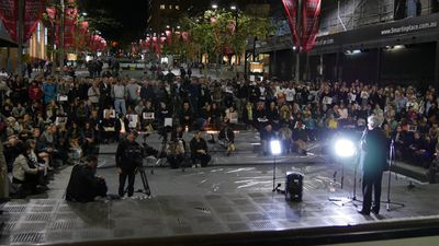 Human rights lawyer Geoffrey Robertson spoke at the Martin Place vigil. (AAP)