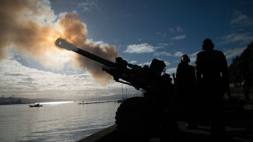 Personnel from 16th Field Regiment of the Royal Regiment of New Zealand Artillery fire ten 105mm Howitzers in a 100-gun salute during a ceremony to commemorate the centenary of World War One. (Getty)