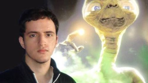 Bruno Borges beside a poster of E.T. (Facebook)