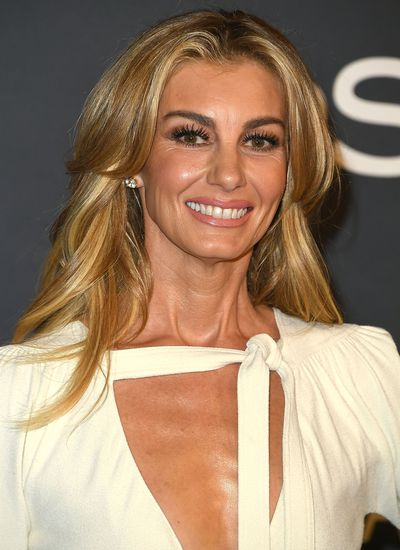 Faith Hill also opted for sleek, shimmery eyes and a soft, subtle pout.